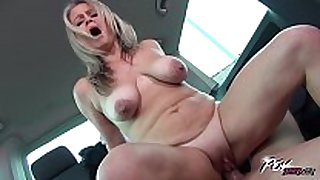 Povbitch super sexy mommy with bouncing monster bo...