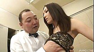 Nozomi mashiro takes matters in hand as that honey bos...