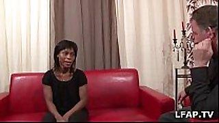 Jolie black francaise suce pour son casting porno
