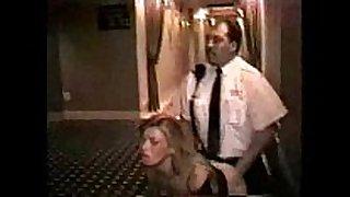 Guardia seguridad follando en hall del hotel