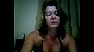 Coroa gostosa se masturbando na web camera de bikini
